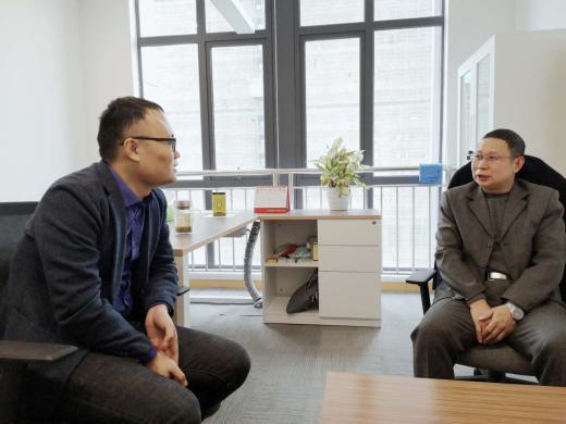 襄阳正大副董事长乔远涛(右)        爱猪网主编兼CEO战伟交流(左)