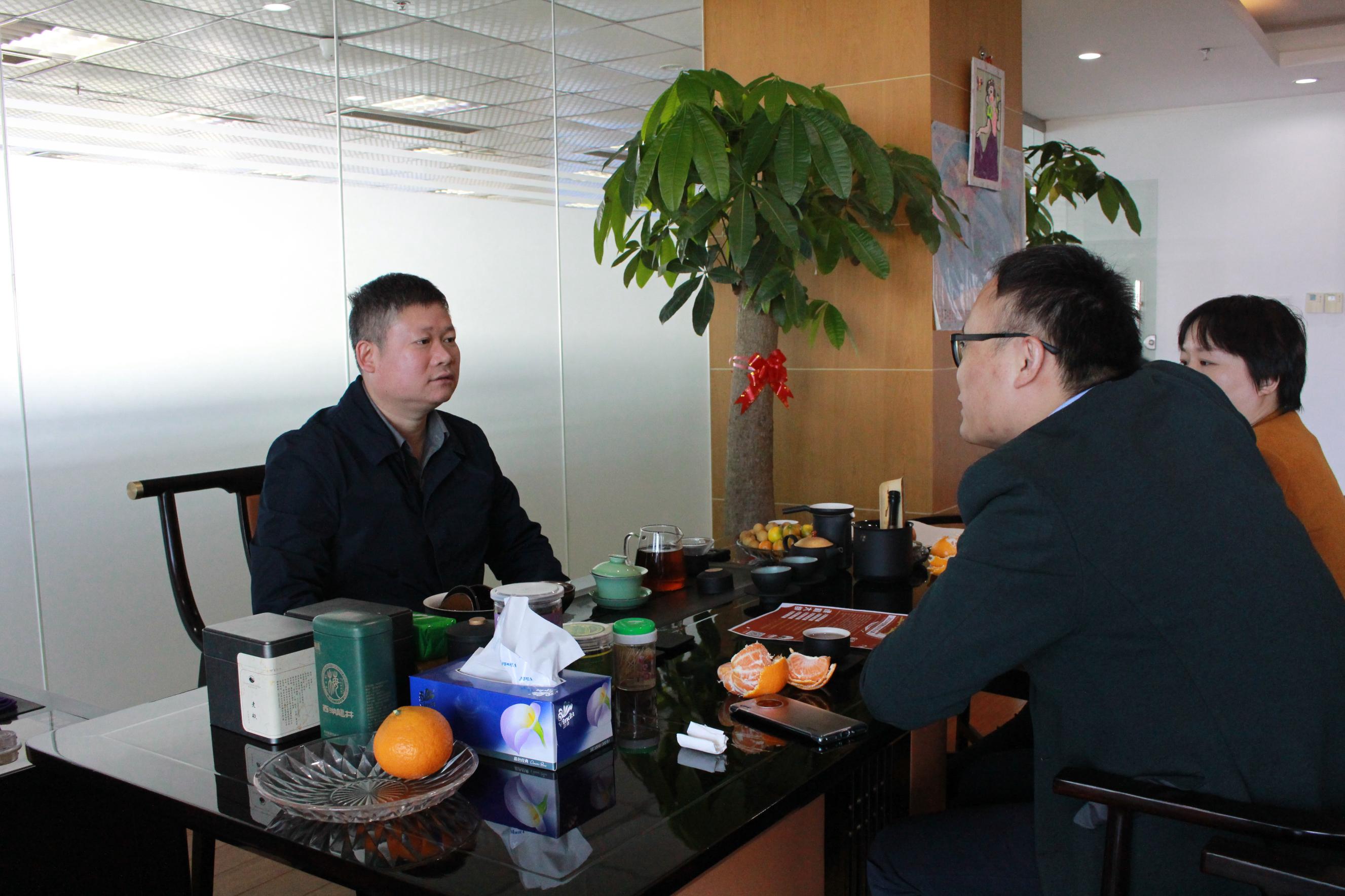 傲农集团董事长吴有林(左)          爱猪网主编兼CEO战伟交流(右)