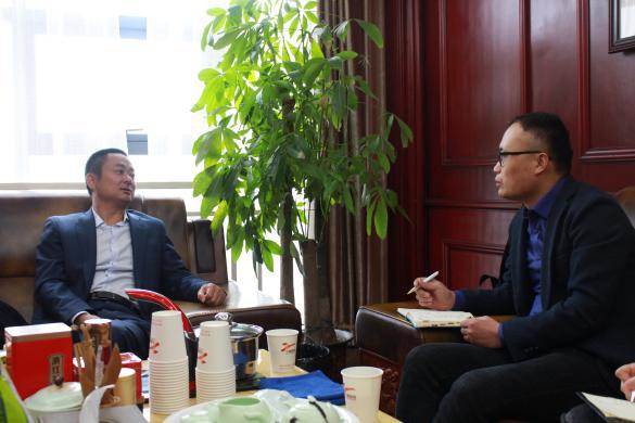 武汉金龙董事长、湖北养猪协会会长雷贤忠(左)爱猪网主编兼CEO战伟交流(右)