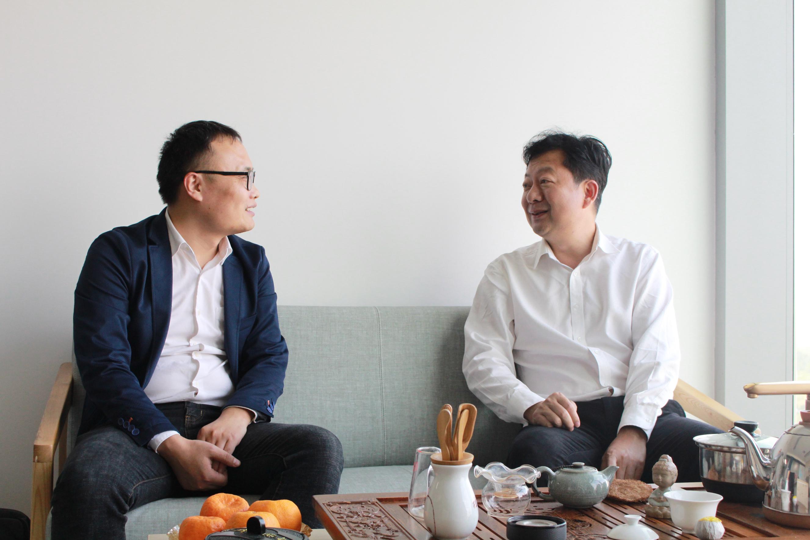 正大集团湛江项目资深总裁杨军(右)         爱猪网主编兼CEO战伟交流(左)